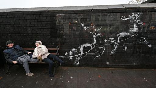 バンクシー新作はベンチを引くトナカイ 街をにぎわす 英