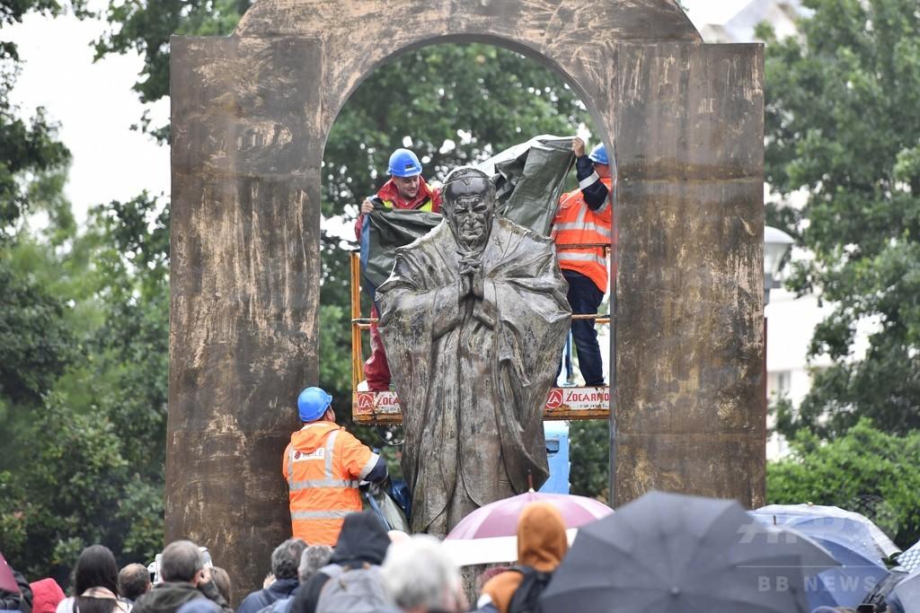 故ヨハネ・パウロ2世の像、仏広場から撤去 政教分離に違反