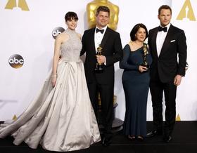 フェリシティ・ジョーンズ、アカデミー賞授賞式でとっておきドレスを着用
