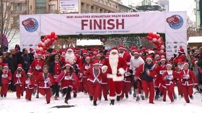 動画:ちびっ子サンタも走る走る! 支援必要な家族のために募金を コソボ