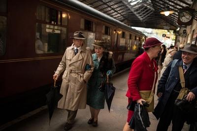 まるで映画のワンシーン、「戦時中の鉄道」を再現 英