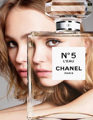 リリーローズ起用、シャネル「N°5 ロー」広告ビジュアル公開