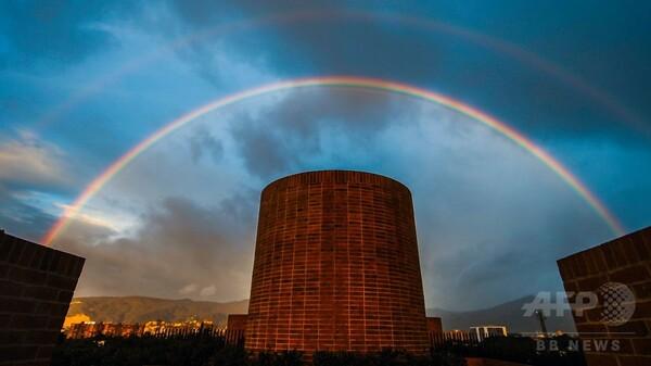 夕暮れ時の空に壮大な虹、南米コロンビア