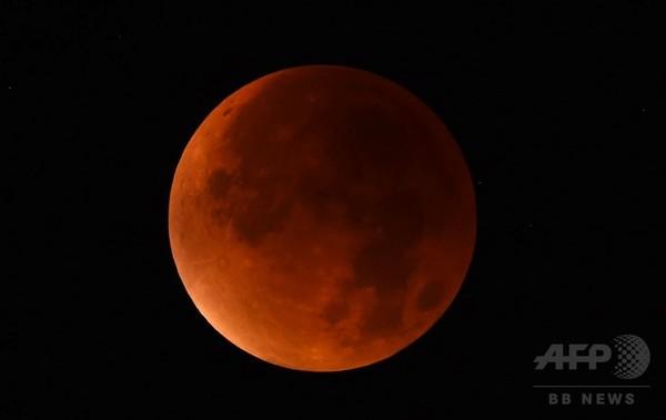 【写真特集】スーパームーンと皆既月食の共演、世界各地で観測