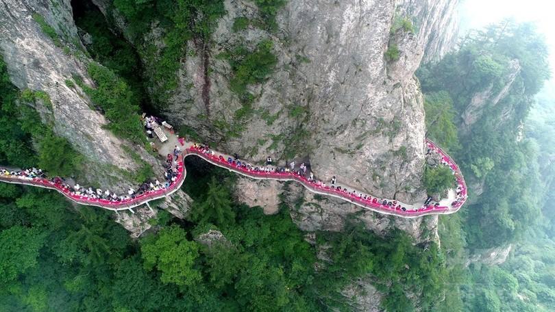 食卓は断崖、標高2000メートル「雲海の宴」 河南・老君山