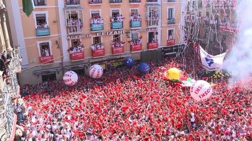 動画:スペインの「牛追い祭り」が開幕、広場はすし詰め状態に