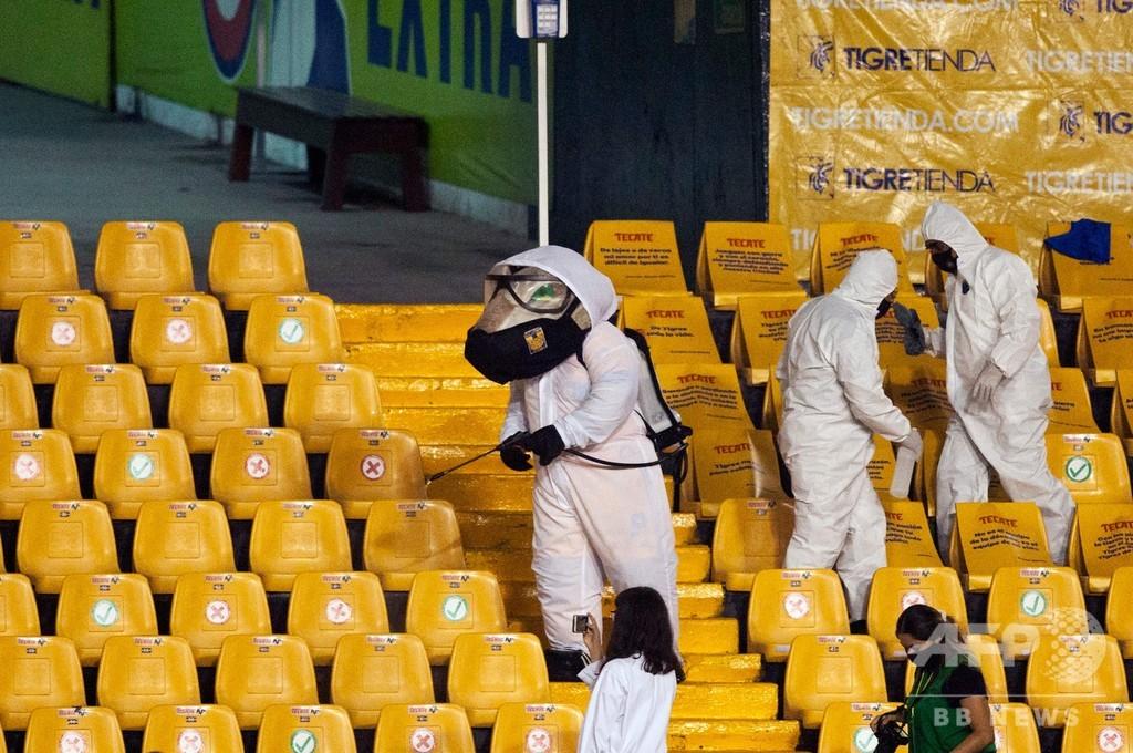 コロナ禍で仕事に変化? マスコットがスタジアムで消毒作業 メキシコ