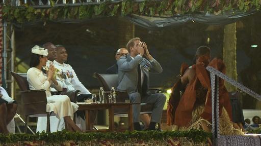動画:ヘンリー王子夫妻、フィジーを訪問 伝統飲料「カバ」に王子が挑戦