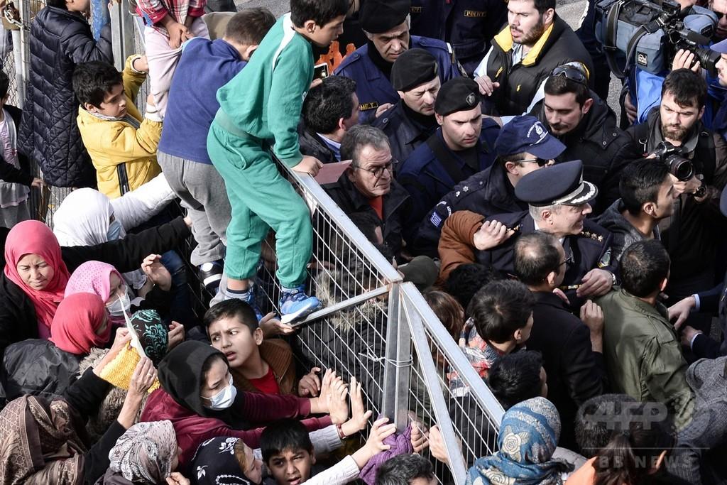 「老朽化したスタジアムには住めない」難民が移民相の視察を妨害、ギリシャ