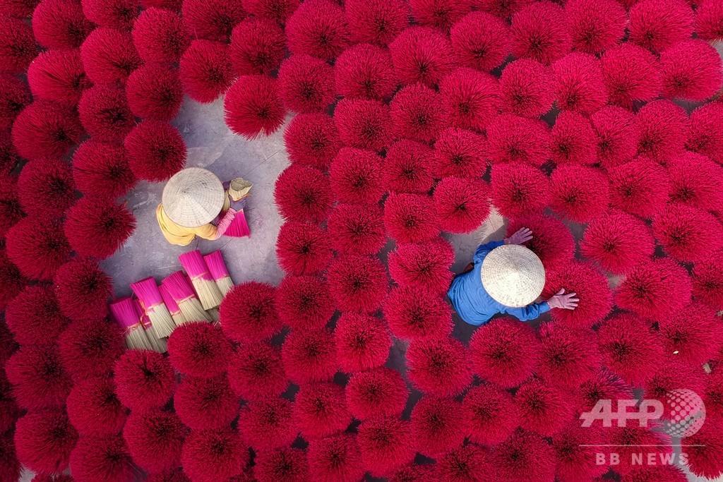 【今日の1枚】線香を束ねた赤いじゅうたん、ベトナム旧正月の色