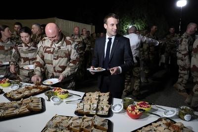 マクロン仏大統領がチャド訪問、兵士らと早めのクリスマスディナー