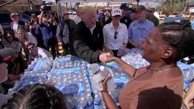 動画:ハリケーン「マイケル」被災の地にトランプ氏、水の配給手伝う 米