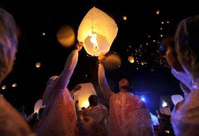 鎮魂の灯籠が浮かぶ、山本寛斎氏が相馬市で追悼行事