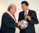 ブラッター会長と鳩山氏に日本代表ユニホーム、叙勲祝賀パーティー
