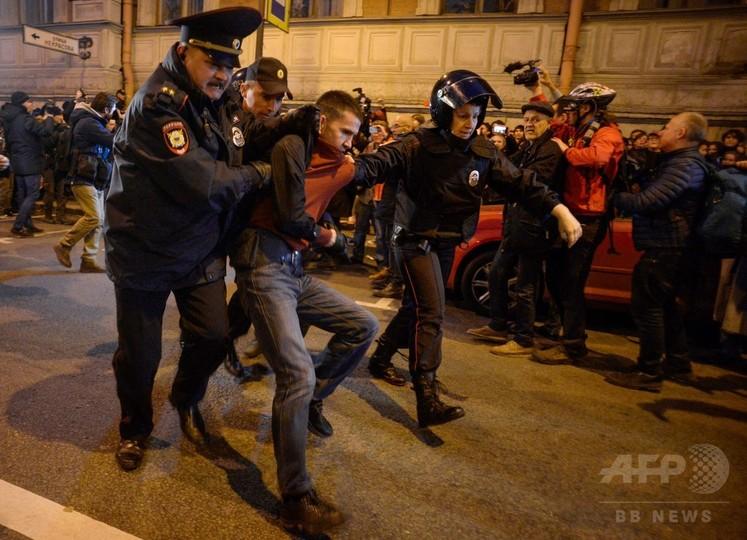 プーチン大統領の誕生日にロシア各地でデモ、270人以上拘束