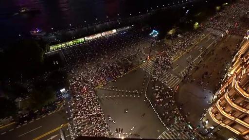 動画:ピーク時に7万2000人、混雑緩和狙い人垣で誘導 上海・外灘