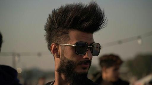 動画:「革命の場」で反骨精神示す髪形が流行 反政府デモ続くイラク