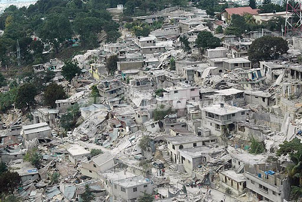 ハイチ大地震、空から見た首都ポルトープランスの被災地