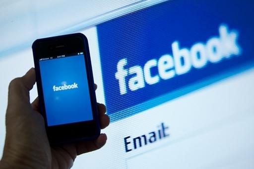 フェイスブックが独自のスマートフォンを開発か、米紙報道