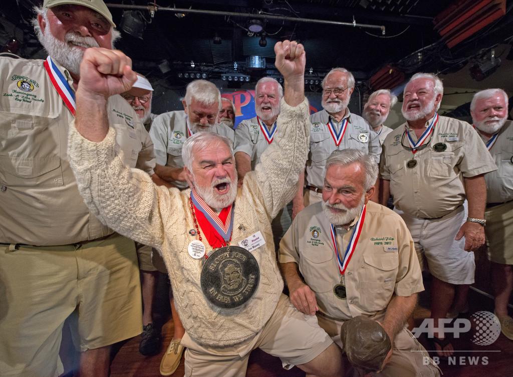 ヘミングウェーそっくりさんコンテスト、優勝者は満面の笑み