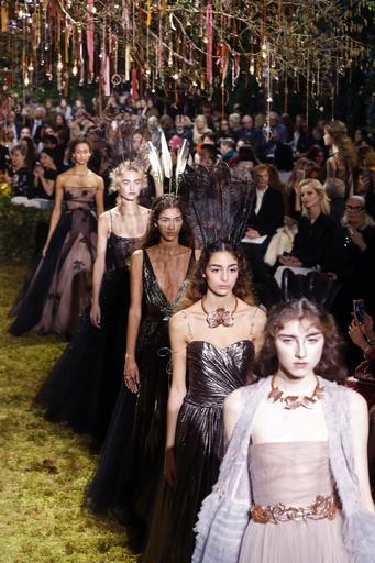 キウリによる初の「ディオール」オートクチュール、ファッション界から称賛