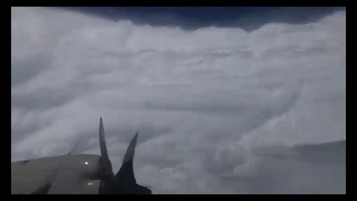 動画:ハリケーン「ドリアン」の目の内側の映像公開、米海洋大気局