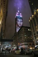 米NYのビルにアイコニックなファッション写真