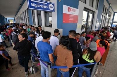 ペルー国境にベネズエラ人殺到、パスポート義務付けで滞留の恐れ
