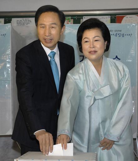 韓国大統領選の投票始まる、李明博候補の優位揺るがず