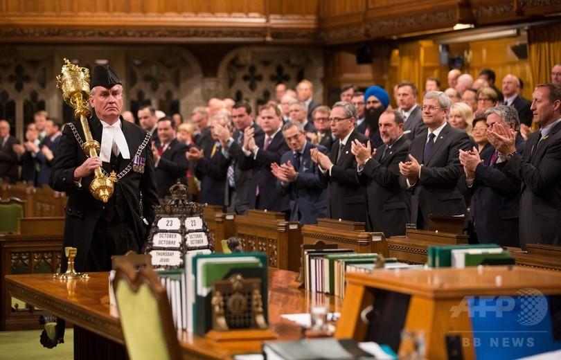 カナダ議事堂銃撃、阻止した守衛官に満場の拍手