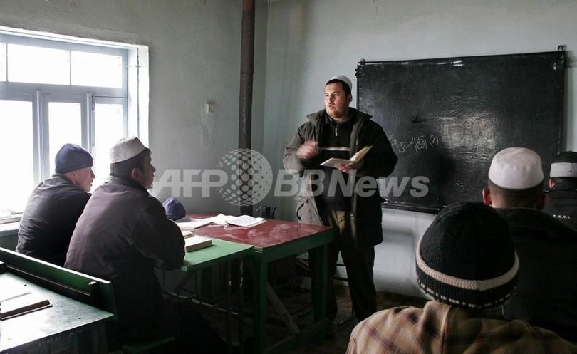 タジキスタンの教員ガイドライン、ひげ禁止だが長靴OK