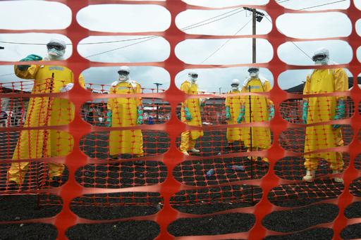 エボラ犠牲者の遺体収容に駆け回る赤十字、リベリア