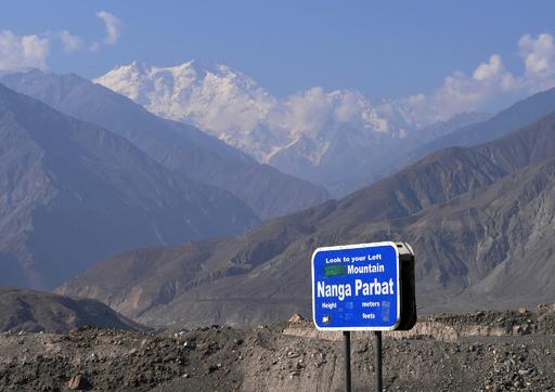 パキスタン山岳地帯でバスが岩に衝突し転落、23人死亡