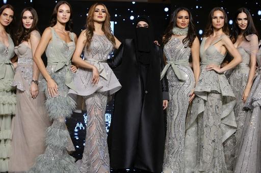 クウェートでファッションショー、地元デザイナーらが新作