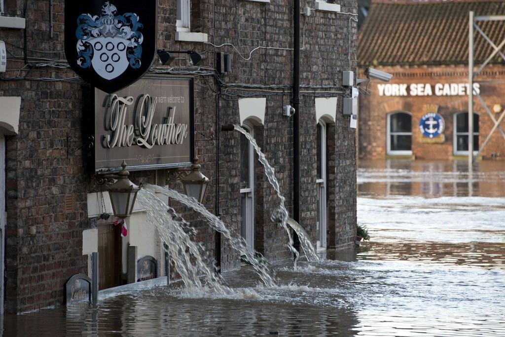 英国で「前例のない」洪水被害、軍隊増員 歴史の町ヨークも被災