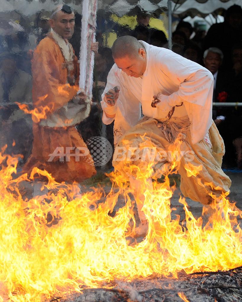 長瀞火祭り、無病息災願い恒例の「火渡り」