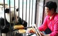 パンダと楽しむ中秋節 「新月」「竹韻」、特製の月餅にご満悦