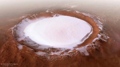 火星の「スケートリンク」、1.8キロ厚の氷積もったクレーター