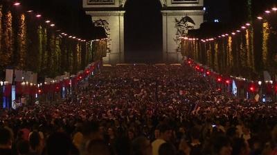 動画:フランスがサッカーW杯決勝進出、シャンゼリゼ通りで祝う市民たち