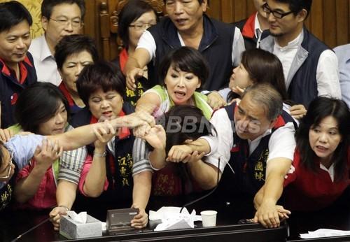 台湾立法院で乱闘騒ぎ、株式売却益への課税見直しめぐり