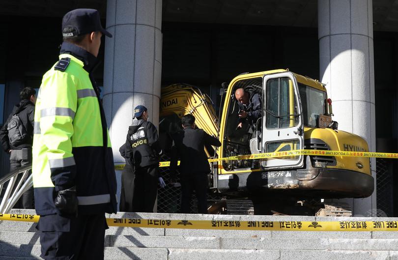 韓国検察、国政介入疑惑の崔氏を緊急逮捕 庁舎に重機突入