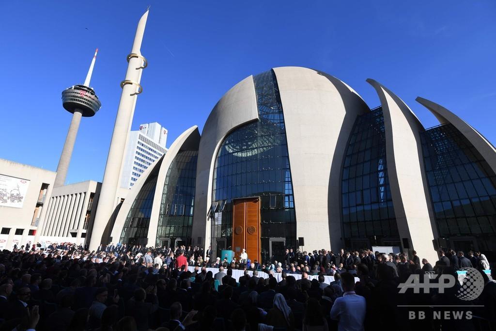 独ケルンの巨大モスク開館式典にトルコ大統領出席、支持者と反対派がデモ