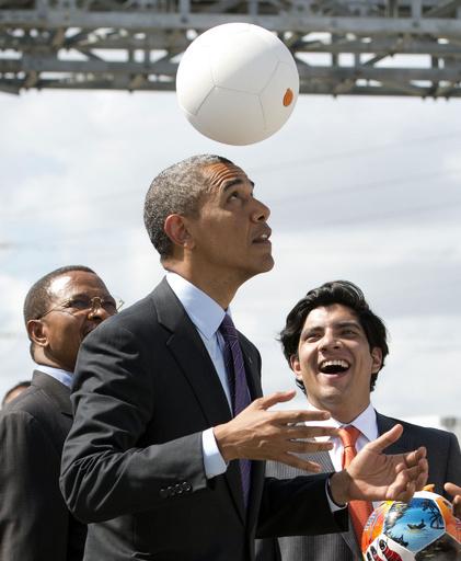 オバマ米大統領、発電するサッカーボール楽しむ タンザニア