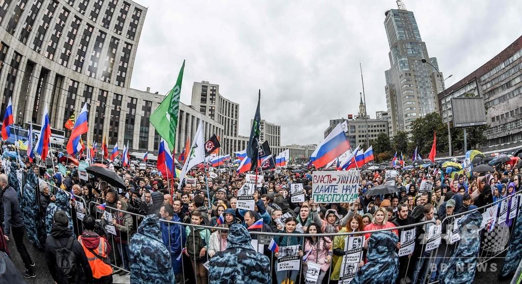 モスクワで「自由な選挙」求め5万人がデモ、当局認可でも130人超拘束