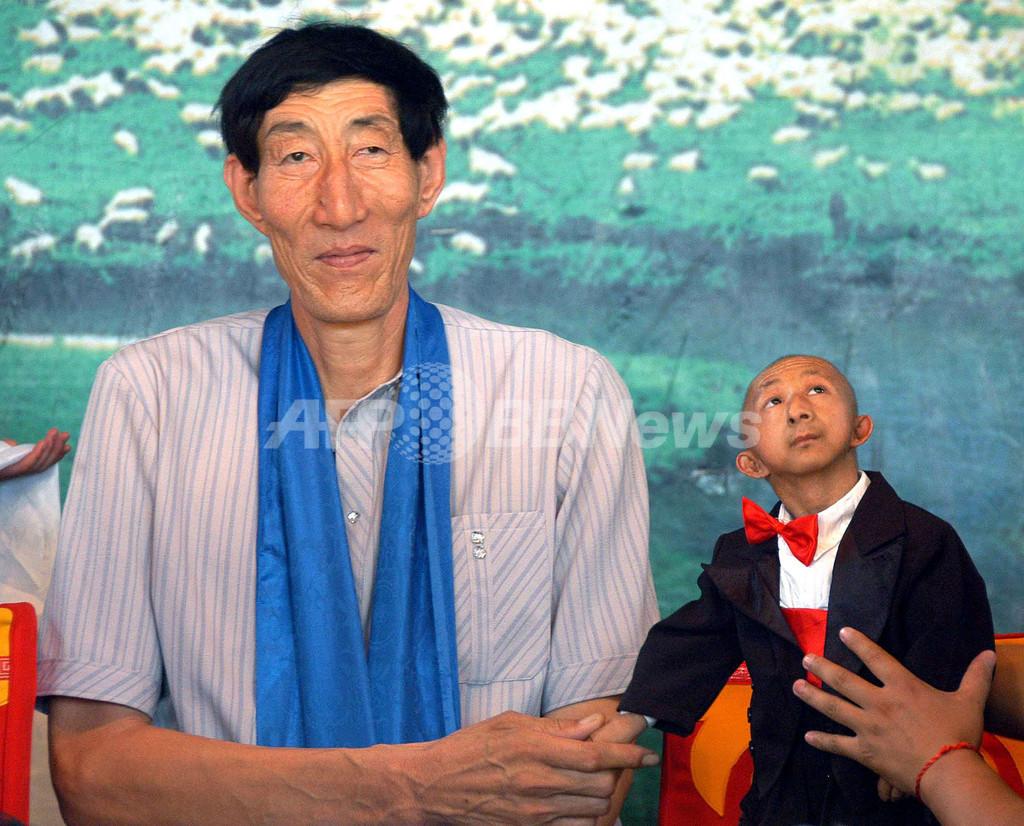 世界一長身の男性、世界一小さな男性と対面