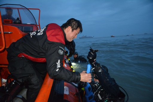 韓国旅客船沈没、船長ら3人を逮捕 船内に3遺体発見