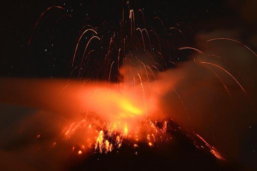 南米トゥングラウア火山が噴火