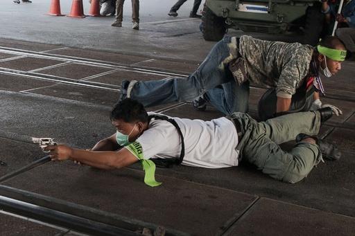 総選挙前日のタイ首都で衝突、銃撃戦も