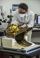 まるでオペ、「黄金のマスク」接着剤痕の除去作業 エジプト