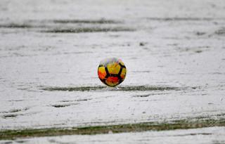 サッカー選手が試合中に雪かき、必死の作業で勝利つかむ 英